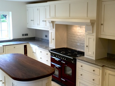 Made to measure shaker style solid wood kitchen hand built in Nottingham.Finished in Farrow&Ball pointing.